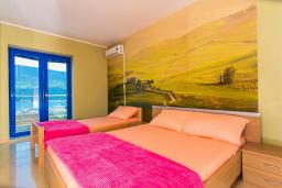 Спальня. Черногория, Дженовичи : 3-х этажная вилла в Дженовичи с бассейном, джакузи и видом на море, с 7 отдельными спальнями, 5 ванными комнатами, большой террасой, летней кухней, местом для барбекю, парковкой, Wi-Fi