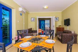 Гостиная. Черногория, Дженовичи : 3-х этажная вилла в Дженовичи с бассейном, джакузи и видом на море, с 7 отдельными спальнями, 5 ванными комнатами, большой террасой, летней кухней, местом для барбекю, парковкой, Wi-Fi