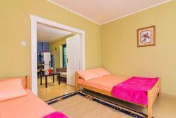 Спальня 2. Черногория, Дженовичи : 3-х этажная вилла в Дженовичи с бассейном, джакузи и видом на море, с 7 отдельными спальнями, 5 ванными комнатами, большой террасой, летней кухней, местом для барбекю, парковкой, Wi-Fi
