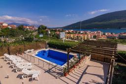 Территория. Черногория, Дженовичи : 3-х этажная вилла в Дженовичи с бассейном, джакузи и видом на море, с 7 отдельными спальнями, 5 ванными комнатами, большой террасой, летней кухней, местом для барбекю, парковкой, Wi-Fi