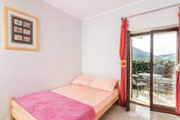 Спальня. Черногория, Пераст : Апартамент для 4-6 человек, с 2-мя отдельными спальнями, с террасой с видом на море, возле пляжа