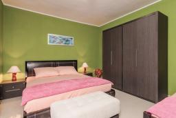 Спальня 2. Черногория, Пераст : Апартамент для 4-6 человек, с 2-мя отдельными спальнями, с террасой с видом на море, возле пляжа