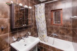 Ванная комната. Черногория, Пераст : Апартамент для 4-6 человек, с 2-мя отдельными спальнями, с террасой с видом на море, возле пляжа