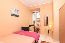 Спальня. Черногория, Котор : Апартамент для 6-8 человек, с 3-мя отдельными спальнями, с просторной гостиной, с ванной комнатой с джакузи, с большой террасой