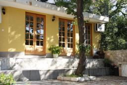 Фасад дома. Черногория, Герцег-Нови : Вилла в Герцег-Нови с 10 спальнями, с 5 ванными комнатами, с бассейном, с местом для барбекю, с 5 террасами с видом на территорию