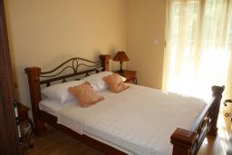 Спальня. Черногория, Герцег-Нови : Вилла в Герцег-Нови с 10 спальнями, с 5 ванными комнатами, с бассейном, с местом для барбекю, с 5 террасами с видом на территорию