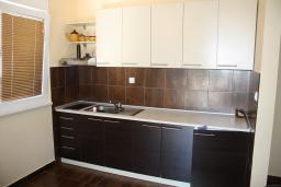 Кухня. Черногория, Герцег-Нови : Вилла в Герцег-Нови с 10 спальнями, с 5 ванными комнатами, с бассейном, с местом для барбекю, с 5 террасами с видом на территорию