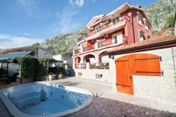 Территория. Черногория, Доброта : Роскошная вилла в Доброта с 10 спальнями, с 6 ванными комнатами, с 6 балконами с шикарным видом на море, с бассейном, с местом для барбекю, парковка для нескольких машин, Wi-Fi, 10 метров до моря