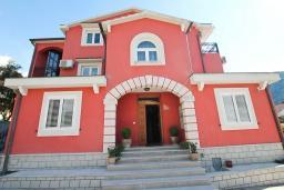 Фасад дома. Черногория, Доброта : Роскошная вилла в Доброта с 10 спальнями, с 6 ванными комнатами, с 6 балконами с шикарным видом на море, с бассейном, с местом для барбекю, парковка для нескольких машин, Wi-Fi, 10 метров до моря