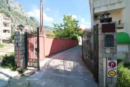 Вход. Черногория, Доброта : Роскошная вилла в Доброта с 10 спальнями, с 6 ванными комнатами, с 6 балконами с шикарным видом на море, с бассейном, с местом для барбекю, парковка для нескольких машин, Wi-Fi, 10 метров до моря