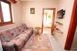 Гостиная. Черногория, Доброта : Роскошная вилла в Доброта с 10 спальнями, с 6 ванными комнатами, с 6 балконами с шикарным видом на море, с бассейном, с местом для барбекю, парковка для нескольких машин, Wi-Fi, 10 метров до моря