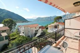 Балкон. Черногория, Доброта : Роскошная вилла в Доброта с 10 спальнями, с 6 ванными комнатами, с 6 балконами с шикарным видом на море, с бассейном, с местом для барбекю, парковка для нескольких машин, Wi-Fi, 10 метров до моря