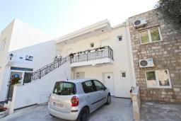 Парковка. Черногория, Святой Стефан : Вилла в Святом Стефане с 8 спальнями, с 5 ванными комнатами, с  2 террасами и 3 балконами с шикарным видом на море, с бассейном, с местом для барбекю, несколько парковочных мест, бесплатный Wi-Fi