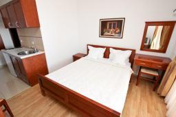 Спальня. Черногория, Святой Стефан : Вилла в Святом Стефане с 8 спальнями, с 5 ванными комнатами, с  2 террасами и 3 балконами с шикарным видом на море, с бассейном, с местом для барбекю, несколько парковочных мест, бесплатный Wi-Fi