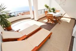 Терраса. Черногория, Святой Стефан : Вилла в Святом Стефане с 8 спальнями, с 5 ванными комнатами, с  2 террасами и 3 балконами с шикарным видом на море, с бассейном, с местом для барбекю, несколько парковочных мест, бесплатный Wi-Fi