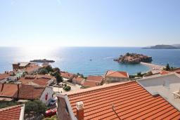 Вид на море. Черногория, Святой Стефан : Вилла в Святом Стефане с 8 спальнями, с 5 ванными комнатами, с  2 террасами и 3 балконами с шикарным видом на море, с бассейном, с местом для барбекю, несколько парковочных мест, бесплатный Wi-Fi