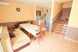 Гостиная. Черногория, Кримовица : 2-х этажный дом в Кримовице с 4-мя отдельными спальнями, с просторной гостиной-кухней, с большой террасой, c бассейном, с сауной, с местом для барбекю, окружен лесом, несколько мест для парковки