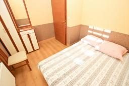 Спальня. Черногория, Кримовица : 2-х этажный дом в Кримовице с 4-мя отдельными спальнями, с просторной гостиной-кухней, с большой террасой, c бассейном, с сауной, с местом для барбекю, окружен лесом, несколько мест для парковки