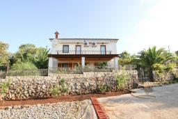 Фасад дома. Черногория, Кримовица : 2-х этажный дом в Кримовице с 4-мя отдельными спальнями, с просторной гостиной-кухней, с большой террасой, c бассейном, с сауной, с местом для барбекю, окружен лесом, несколько мест для парковки