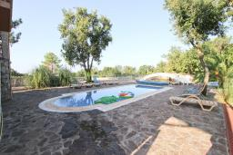 Бассейн. Черногория, Кримовица : 2-х этажный дом в Кримовице с 4-мя отдельными спальнями, с просторной гостиной-кухней, с большой террасой, c бассейном, с сауной, с местом для барбекю, окружен лесом, несколько мест для парковки