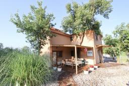 Фасад дома. Черногория, Кримовица : 2-х этажный дом в Кримовице с 3-мя отдельными спальнями, с просторной гостиной, с большой террасой, c бассейном, с сауной, с местом для барбекю, окружен лесом, несколько мест для парковки