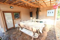 Терраса. Черногория, Кримовица : 2-х этажный дом в Кримовице с 3-мя отдельными спальнями, с просторной гостиной, с большой террасой, c бассейном, с сауной, с местом для барбекю, окружен лесом, несколько мест для парковки