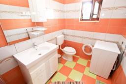 Туалет. Черногория, Кримовица : 2-х этажный дом в Кримовице с 3-мя отдельными спальнями, с просторной гостиной, с большой террасой, c бассейном, с сауной, с местом для барбекю, окружен лесом, несколько мест для парковки