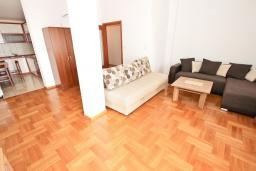 Гостиная. Черногория, Петровац : Большой апартамент для 8-10 человек, с просторной гостиной, с 4 отдельными спальнями, с 4 ванными комнатами, 2 балкона с видом на море