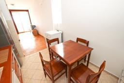 Кухня. Черногория, Петровац : Большой апартамент для 8-10 человек, с просторной гостиной, с 4 отдельными спальнями, с 4 ванными комнатами, 2 балкона с видом на море