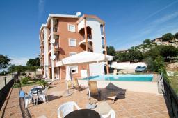 Фасад дома. Черногория, Утеха : Большая вилла в Утехе с 13-ю комнатами с ванными и мини-кухнями и с балконами с видом на море, с бассейном, с большой террасой, с парковкой во дворе, с бесплатным Wi-Fi