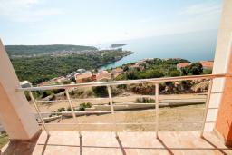 Балкон. Черногория, Утеха : Большая вилла в Утехе с 13-ю комнатами с ванными и мини-кухнями и с балконами с видом на море, с бассейном, с большой террасой, с парковкой во дворе, с бесплатным Wi-Fi