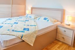 Спальня. Черногория, Будва : Апартамент с отдельной спальней, с балконом