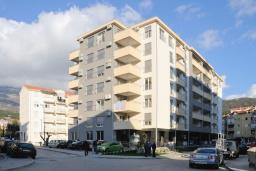 Фасад дома. Черногория, Будва : Апартамент с отдельной спальней, с балконом