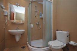 Ванная комната. Черногория, Рафаиловичи : Апартамент №15 с отдельной спальней и видом на сад (APP 02+2 PV)