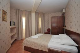 Спальня. Черногория, Рафаиловичи : Апартамент №15 с отдельной спальней и видом на сад (APP 02+2 PV)