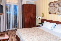 Спальня. Черногория, Рафаиловичи : Апартамент №10 с отдельной спальней и видом на море (APP 02+2 SV)