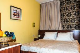 Спальня. Черногория, Рафаиловичи : Апартамент №29 с отдельной спальней и видом на сад (APP 03 РV)