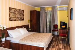 Спальня. Черногория, Рафаиловичи : Двухместный номер №11 с видом на море (DBL+ex.bed SV)