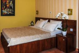 Спальня. Черногория, Рафаиловичи : Двухместный номер №13 с видом на море (DBL+ex.bed SV)