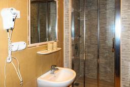 Ванная комната. Черногория, Рафаиловичи : Двухместный номер №30 с видом на море (DBL+ex.bed  SV)