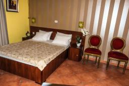 Спальня. Черногория, Рафаиловичи : Трехместный номер №25 с видом на сад (TRPL РV)