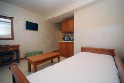 Спальня. Черногория, Рафаиловичи : Апартамент №502 с отдельной спальней и видом на море