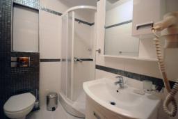 Ванная комната. Черногория, Рафаиловичи : Апартамент №601 с отдельной спальней и видом на море