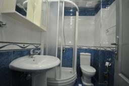 Ванная комната. Черногория, Рафаиловичи : Студио №4 с видом на море