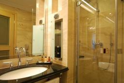 Ванная комната. Черногория, Бечичи : Улучшенный номер с видом на море