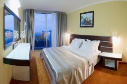 Спальня. Черногория, Бечичи : Семейный номер с видом на море