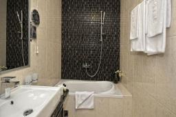 Ванная комната. Черногория, Бечичи : Семейный номер с видом на море