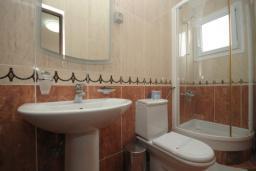 Ванная комната. Черногория, Будва : Двухместный номер с балконом (№4 DBL)