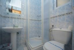 Ванная комната. Черногория, Будва : Двухместный номер с видом на горы (№S1 DBL MV)