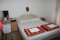 Спальня. Черногория, Будва : Двухместный нмоер в корпусе A (№4 DBL)